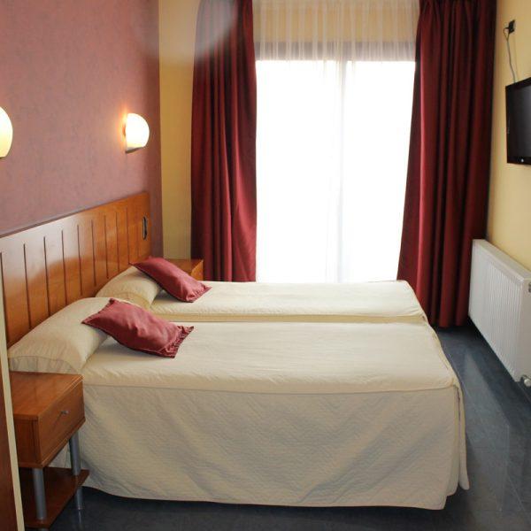 Habitación 2 camas dormitorio vista lateral
