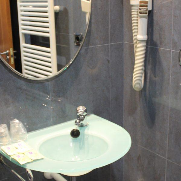 Habitación 2 camas lavabo