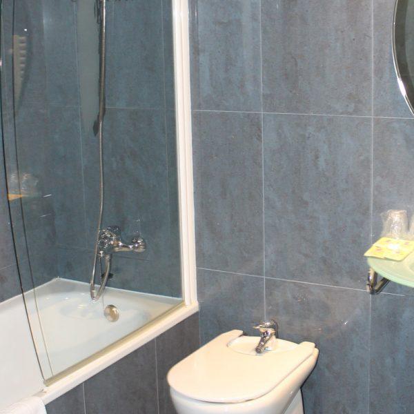 Habitación 2 camas baño