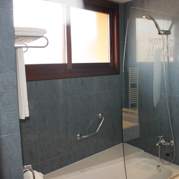 Habitación dos camas superior baño